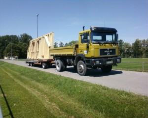 Transport eines Holzhauses für eine örtliche Zimmerei